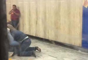 """""""¿Quién me gritó maric**?"""", pasajero gay del Metro en México se va a los golpes con otro en estación"""