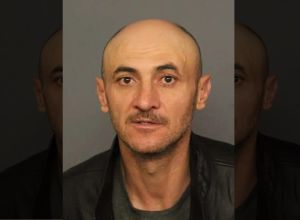Hispano que fue deportado seis veces enfrenta cargos por atropellar a estadounidense