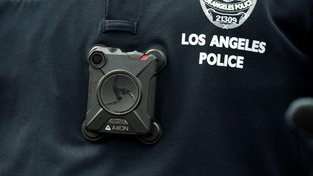 Arrestan a policía de L.A. por manosear senos de mujer muerta
