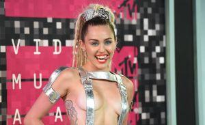 Miley Cyrus se hace un nuevo y contundente tatuaje como indirecta a Liam Hemsworth