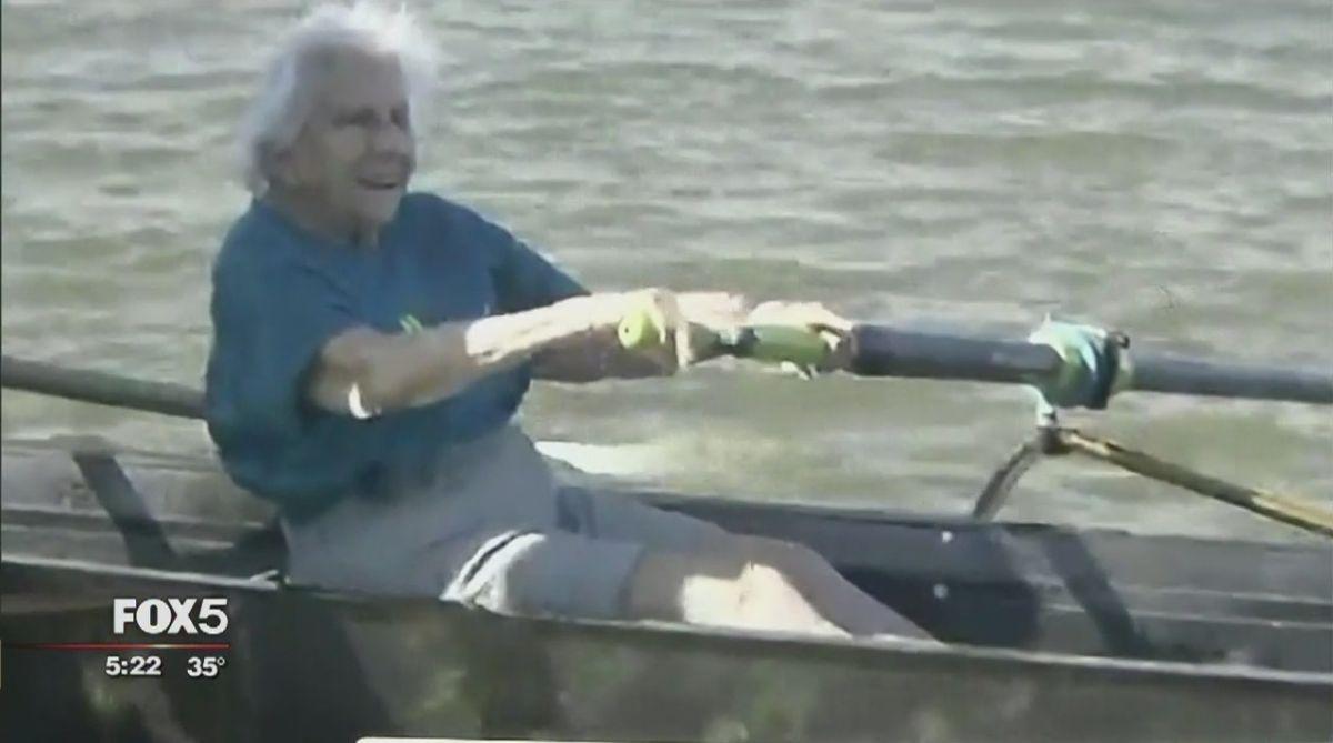 Mujer atleta de 100 años no se detiene remando en Nueva York