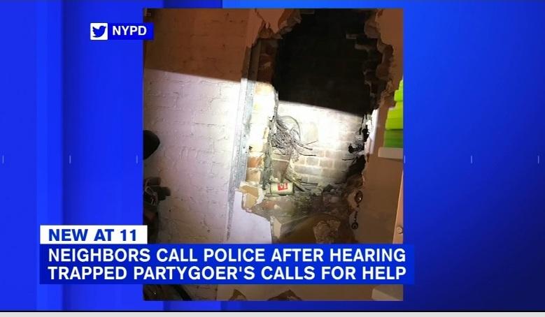 Mujer cayó del techo y quedó atrapada entre dos edificios en Nueva York