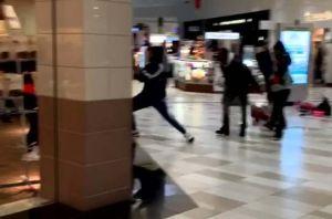 Clientes de centro comercial en Nueva York se van a los puños y se lanzan mercancía en Nochebuena