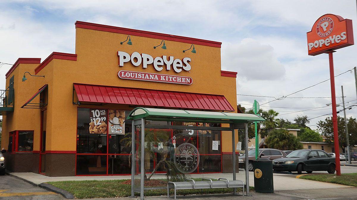 Pareja robó y golpeó salvajemente a cliente en restaurante Popeyes de Nueva York