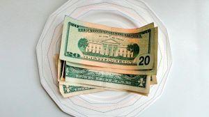 Dos meseras reciben $4,000 de propina en la víspera de Navidad
