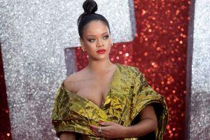 Rihanna se deja ver acalorada y húmeda en un diminuto bikini dorado (VIDEO)