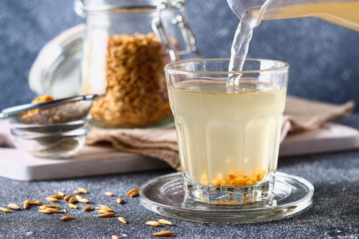 El agua de avena es deliciosa, rica en nutrientes, tiene propiedades antiinflamatorias y promueve la eliminación de todo lo que el organismo no necesita.