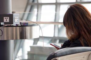 ¿Es seguro utilizar los cargadores USB de aeropuertos y hoteles?