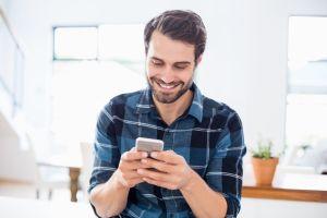 Cuando no sueltas el celular: cómo el phubbing afecta nuestra vida social