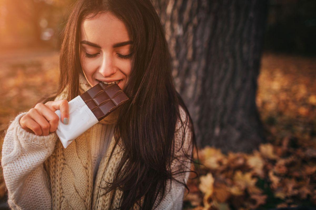 El chocolate puro es un alimento sumamente nutritivo que se destaca por su alto contenido en antioxidantes, propiedades antiinflamatorias y terapéuticas.