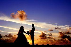 Padre camina con su hija hacia el altar pero se para de repente, ¡no podrás creer el motivo!