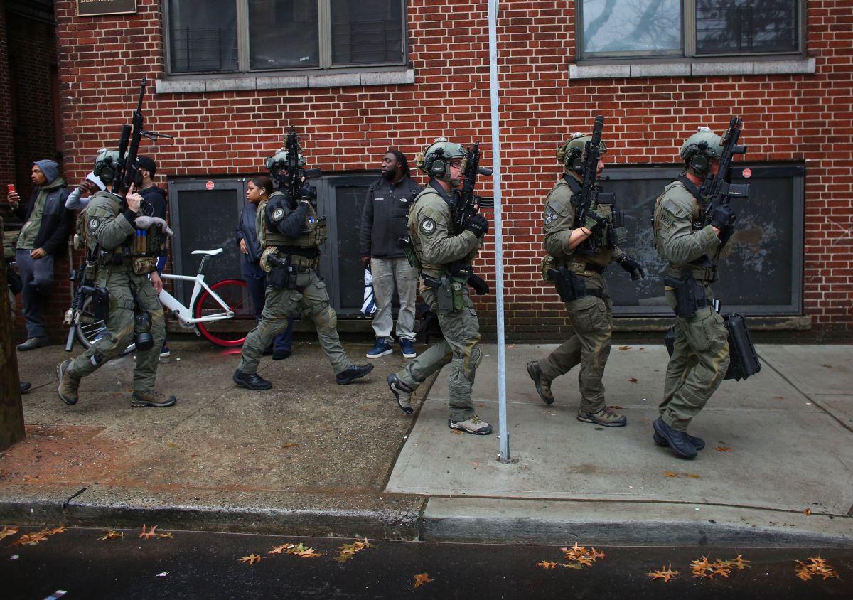 Agentes policiales arriban a la escena del tiroteo en Jersey City.
