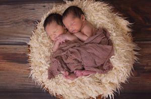 Pareja devuelve a mellizos que habían adoptado al enterarse que tendrían un bebé