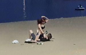 Descubren a pareja teniendo sexo en playa pública de Tailandia y los obligan a disculparse públicamente