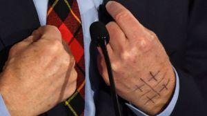 Elecciones 2020: ¿qué significa el enigmático símbolo en la mano de uno de los precandidatos demócratas?