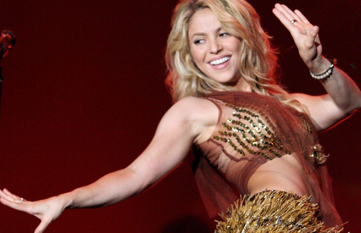 "Shakira luce su increíble ""booty"" con un bikini que ella misma diseñó"