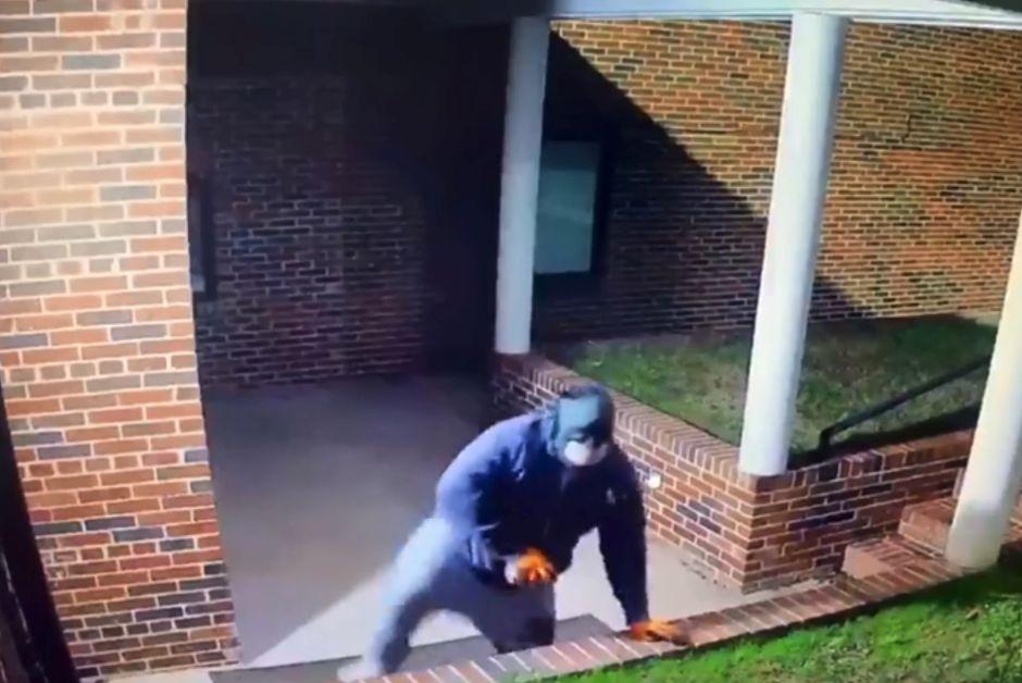 Bandido disfrazado de Batman se dedica a robar iglesias en varios estados