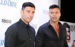 Ricky Martin y su esposo se fundieron en un beso bastante particular