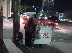 Anciano conmueve por no vender ningún hot-dog; se movilizan en redes y su negocio se convierte en todo un éxito