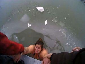 Video: Mujer estaba pescando y cayó al agua congelada. Frío y capa de hielo le impedían salir