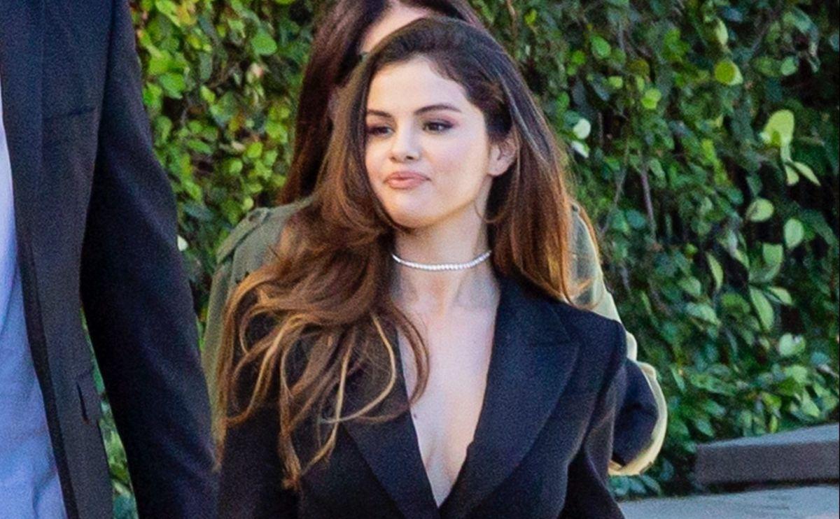 Selena Gomez promociona, desde la tina y con la camisa empapada, el lanzamiento de 'Rare'