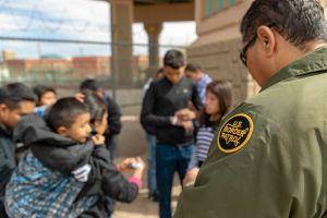 Avanzan nuevas reglas de Trump sobre inmigrantes y asilo