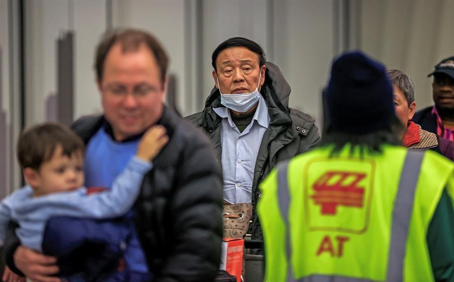 Temen que coronavirus de China se pueda transmitir por fluidos en los ojos