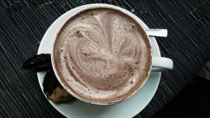 Cómo preparar una taza de chocolate caliente saludable