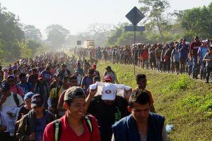 Videos muestran violento cerco de Guardia Nacional mexicana a inmigrantes de la caravana