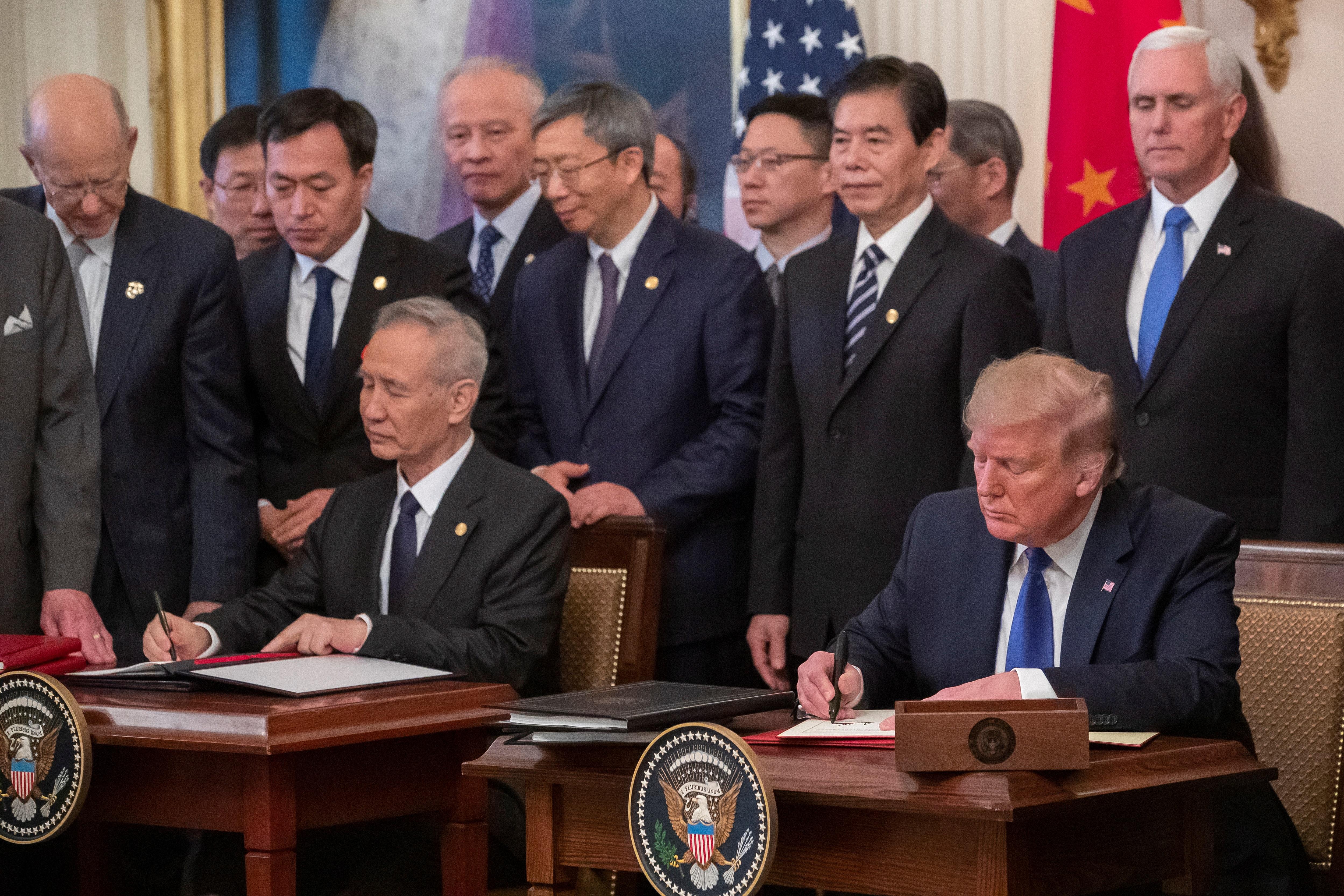 Trump en el momento de firmar con el vicepresidente chino Liu He.