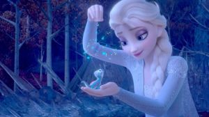 Mamá horrorizada, arroja a la basura una muñeca de Frozen y siempre regresa, ¿cómo es posible?