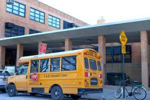 """Maestro latino acusado de """"terrorismo"""": amenazó con dispararle a sus alumnos en escuela de Queens, Nueva York"""