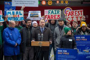 Más neoyorquinos pobres pueden solicitar ya la MetroCard a mitad de precio