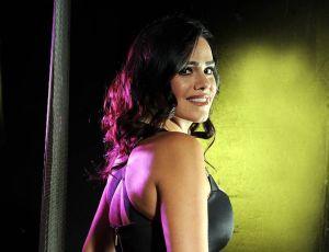 Luz Elena González no teme mostrar su cuerpo en un sexy traje de baño negro