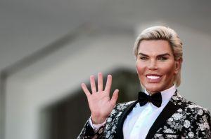 """Barbie Humana"" antes ""Ken Humano"" fue pillada besándose con un galán"