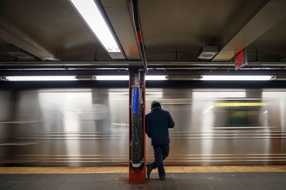Detienen a un hombre con un AK-47 en la estación de metro de Times Square en NY