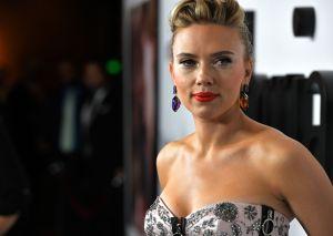 Scarlett Johansson acaba cubierta de un líquido verde y viscoso en medio de un emotivo discurso