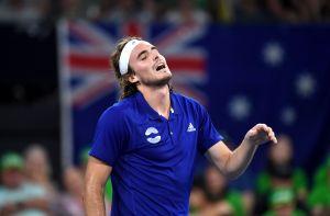 ¡Casi lo agarra a chanclazos! Mamá de tenista lo regaña en pleno partido por pegarle con la raqueta a su papá