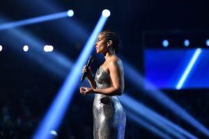 Video: Alicia Keys rinde homenaje a Kobe Bryant en los premios Grammy 2020