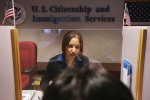 """Trump impulsa regla que impactará a patrocinadores de inmigrantes para la """"green card"""""""