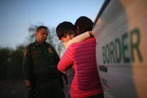 """Corte federal bloquea política """"Permanecer en México"""" de Trump que afecta a solicitantes de asilo"""