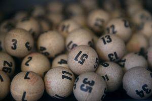 Mujer hispana cambia de estrategia para jugar a la lotería y se vuelve millonaria