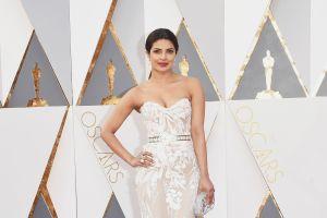 """Priyanka Chopra con escote más abajo deja la cintura dejó al descubierto casi toda su """"pechonalidad"""" en los Premios Grammy 2020"""