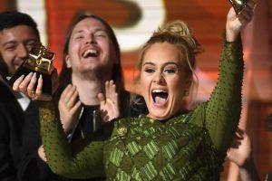 Adele, Harry Styles y James Corden dejan propina de $2,020 dólares a mesero en el Caribe