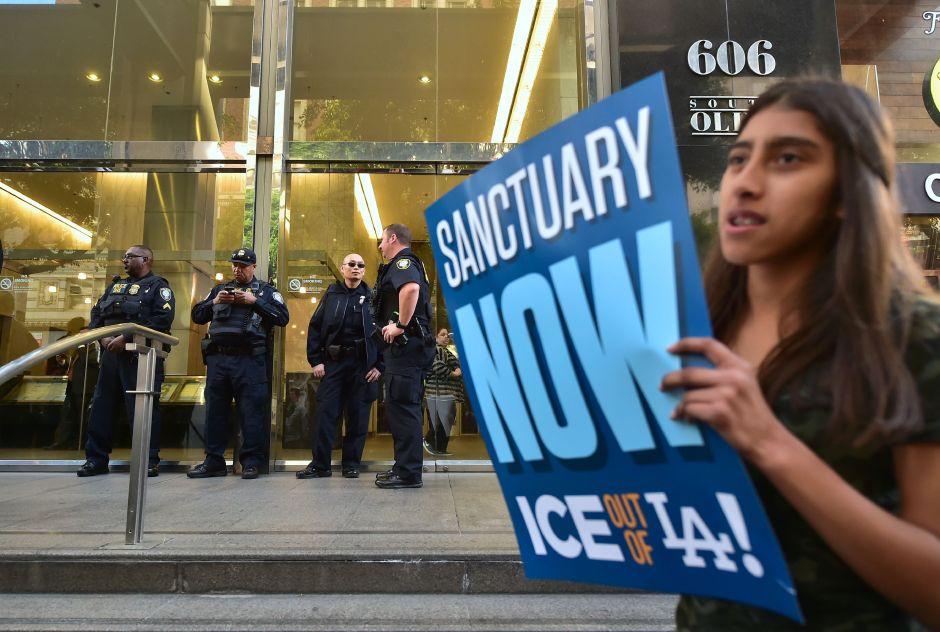 Ilegal, que policías de California pregunten estatus migratorio