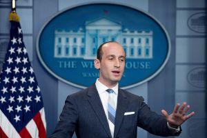 """Exigen renuncia de """"neonazi"""" promotor de la política antiinmigrante de Trump"""