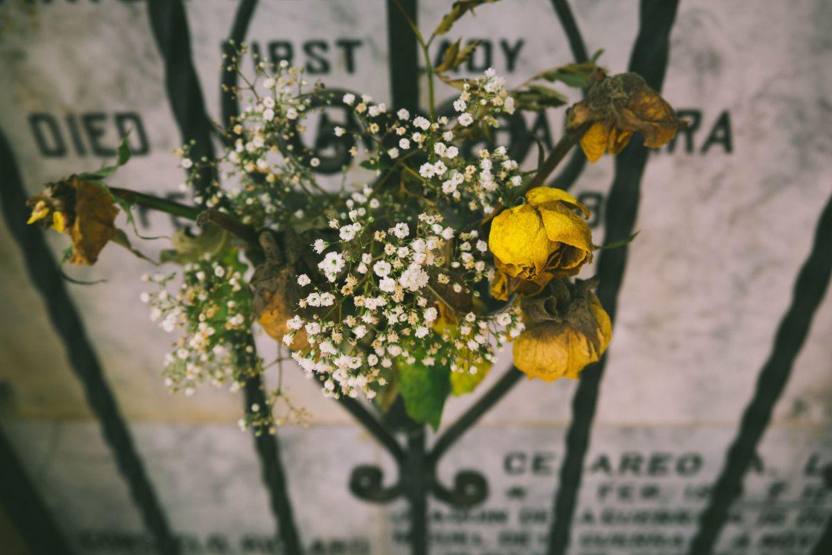 """Foto: Encontró su """"tumba"""" en un cementerio y sospecha que fue idea de su ex"""