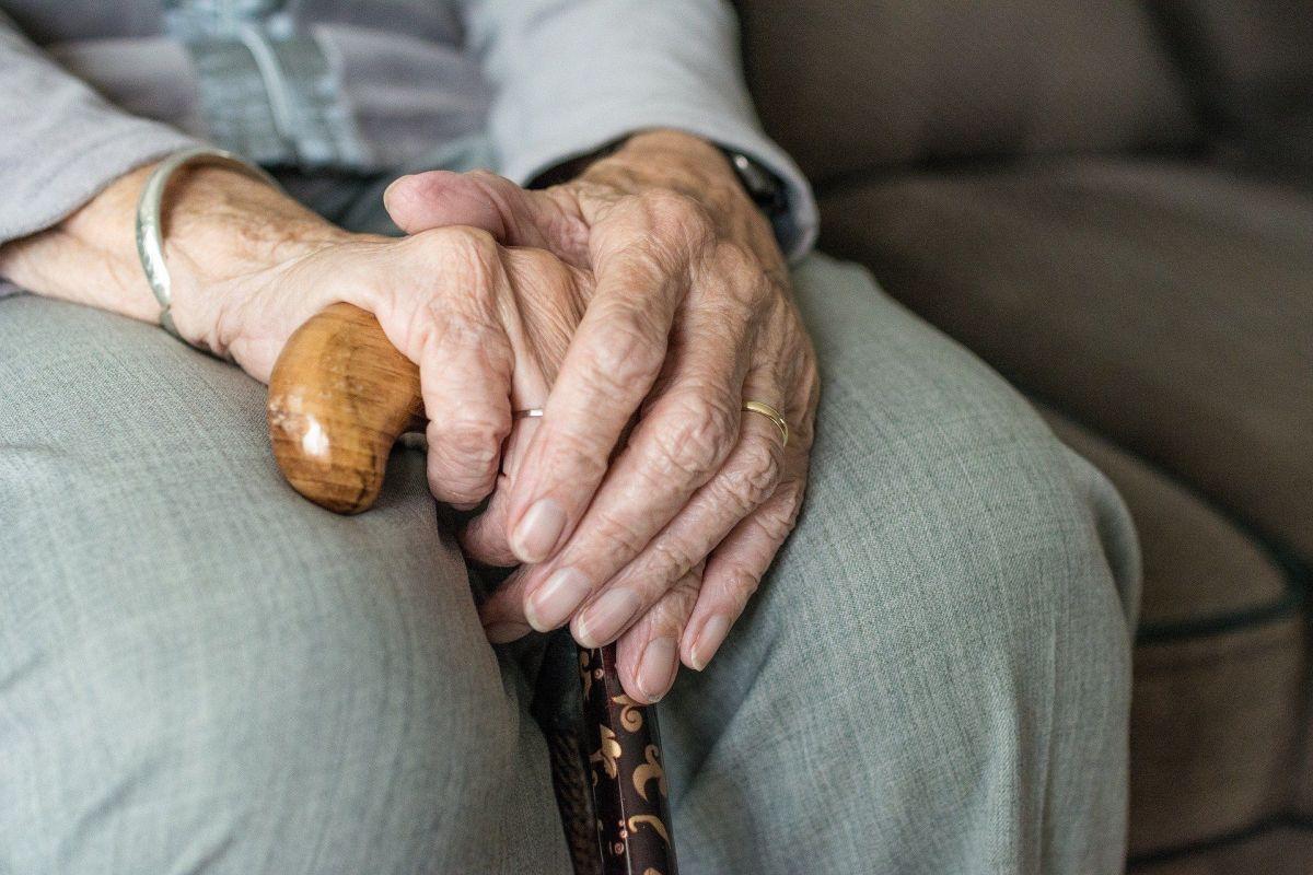 Anciano ciego es desalojado de su casa porque su hijo la vendió