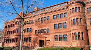 Estudiante de Harvard demanda a la universidad porque los precios de la matrícula siguen igual, a pesar de tomar clases desde casa