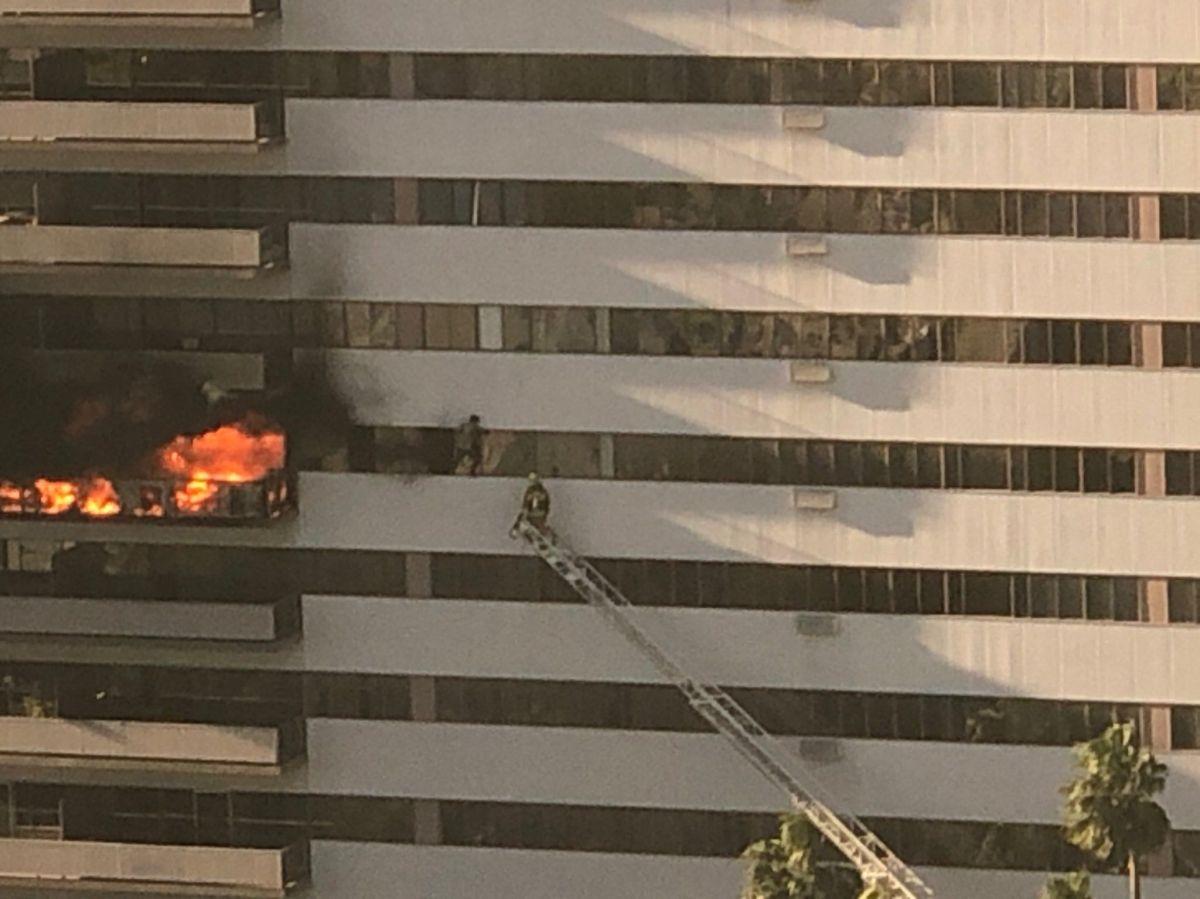 Incendio en torre de Brentwood deja 8 heridos, 1 de gravedad